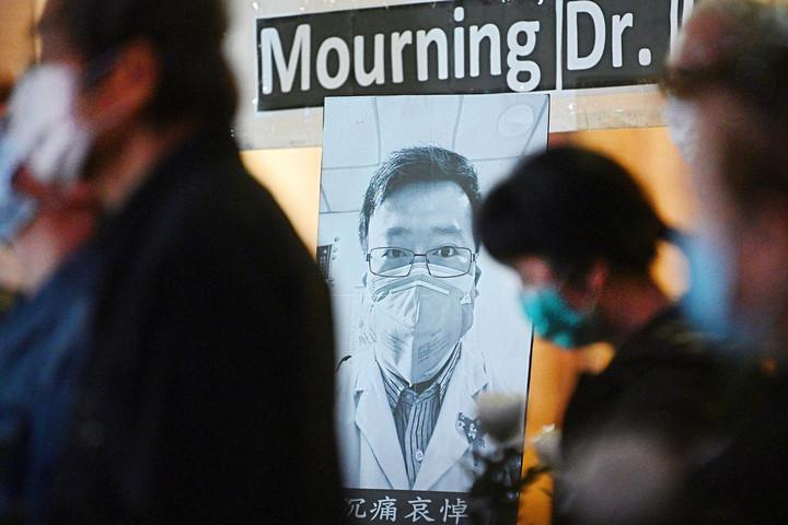 Hősként ünneplik Kínában az elhunyt orvost