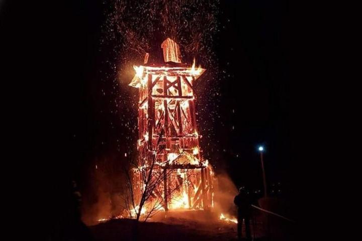 Leégett a székelyföldi Héderfája református templomának haranglábja