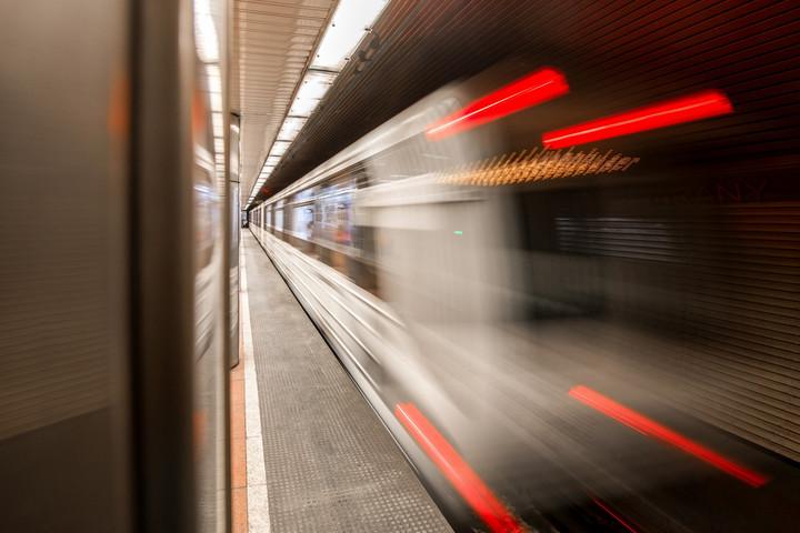 A Ferenciek terén és az Arany János utcánál márciustól nem áll meg a metró