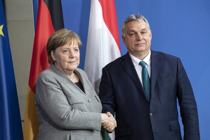 XXI. Század Intézet: Orbán több kérdésben is meghátrálásra késztette Merkelt