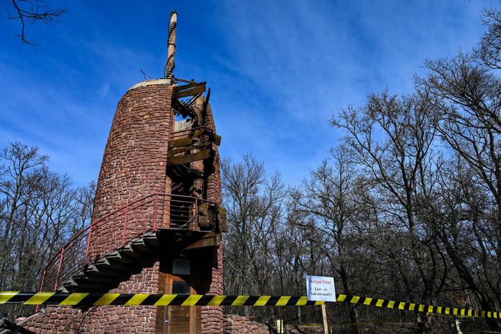 Villámcsapás miatt éghetett le a révfülöpi kilátó faszerkezete