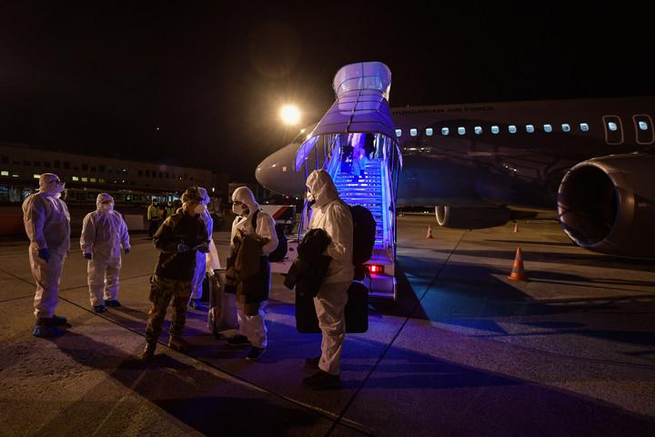 Megérkeztek Budapestre a Vuhanból hazatérő magyarok