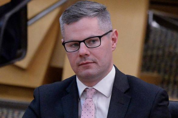 Tinédzser fiúnak üzengetett a skót pénzügyminiszter