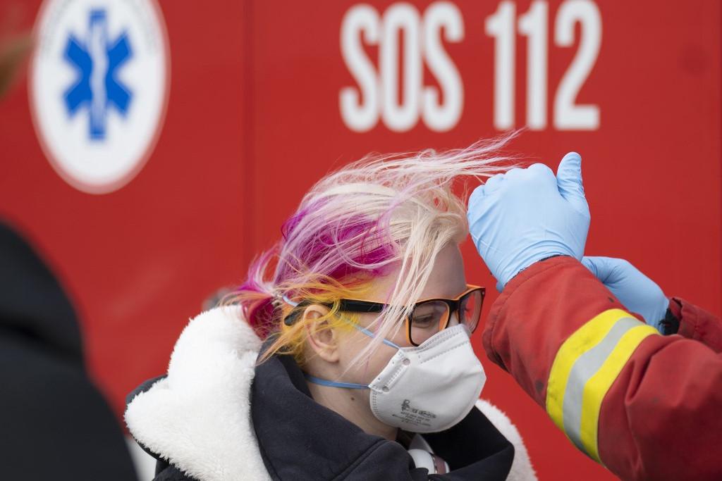 Szlovák egészségügyi dolgozók lázat mérnek
