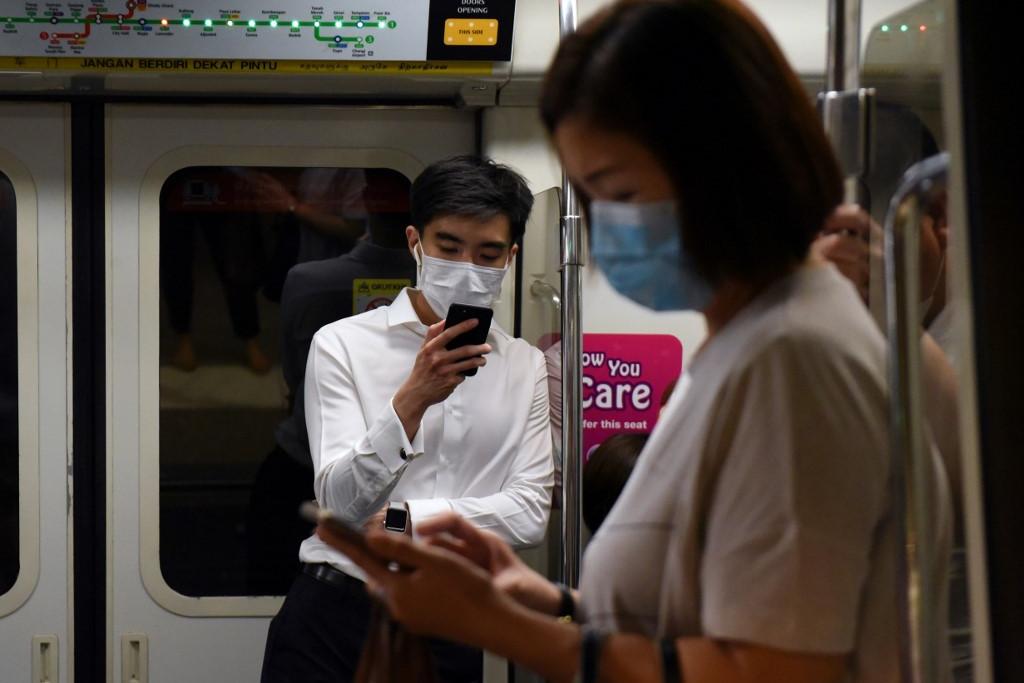 Maszkban utazók a szingapúri metrón