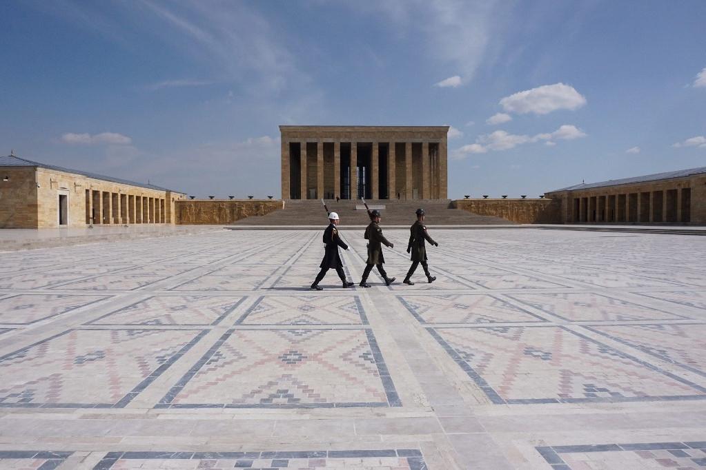 Katonák masírozak az üres téren az Anıtkabir előtt