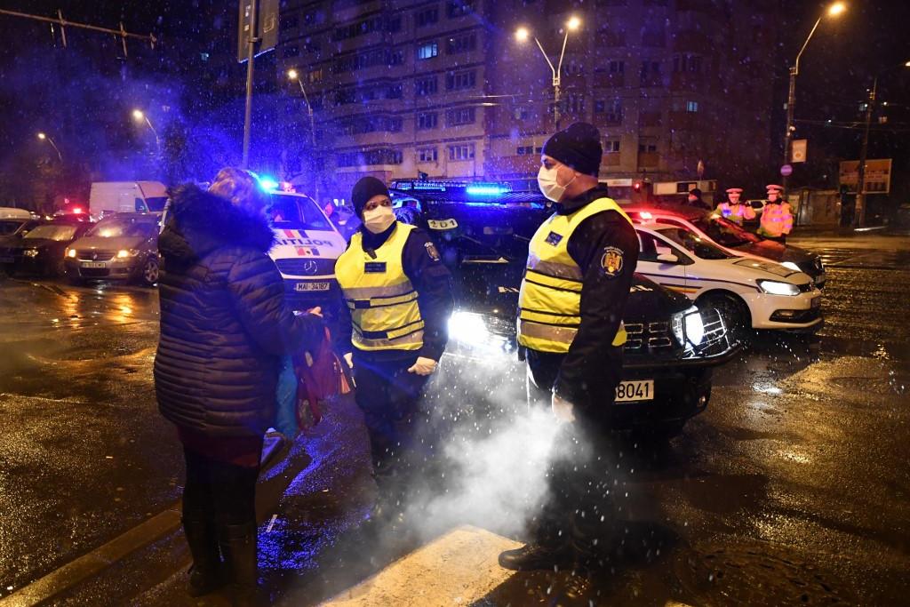 Román rendőrök tartatják be a lakhelyelhagyási tilalmat