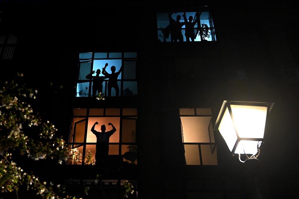 A spanyol egészségügyi dolgozók munkáját az ablakokból köszönik meg a madridiak