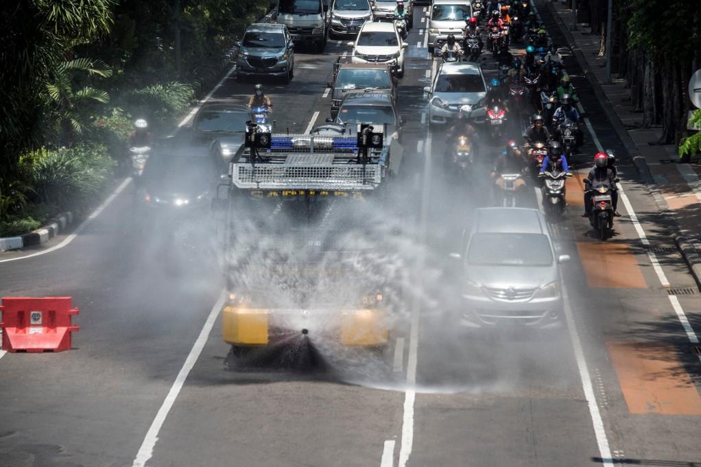 Rendőrségi oszlatójárművel fertőtlenítenek Indonéziában