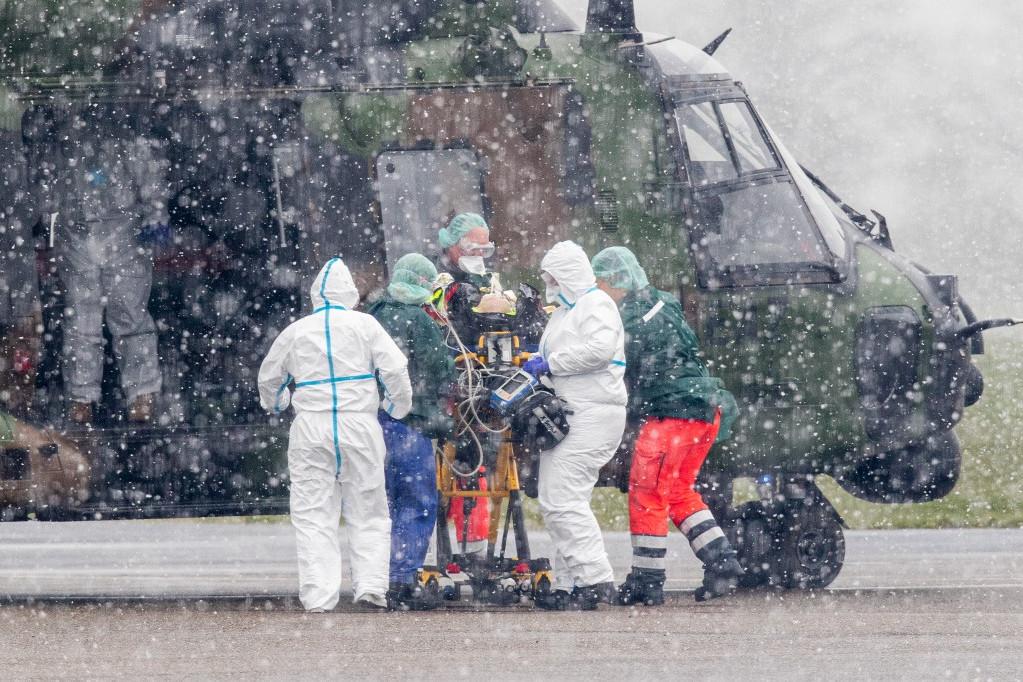 Katonai helikopterrel szállítanak egy beteget Németországban