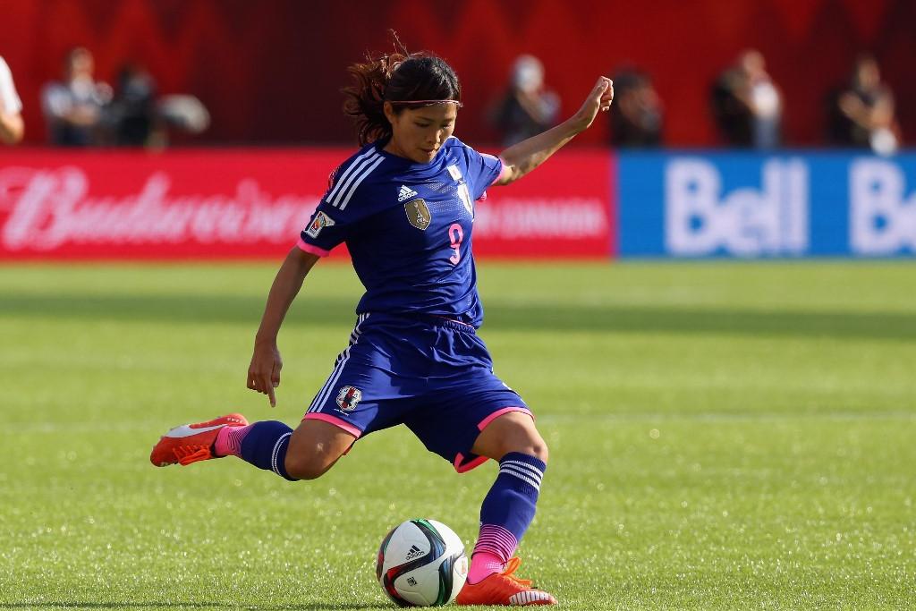 A japán női fociválogatott egyik legnagyobb sztárja, Kavaszumi játékostársai és a szurkolók védelmében inkább kihagyja a fáklyaváltót