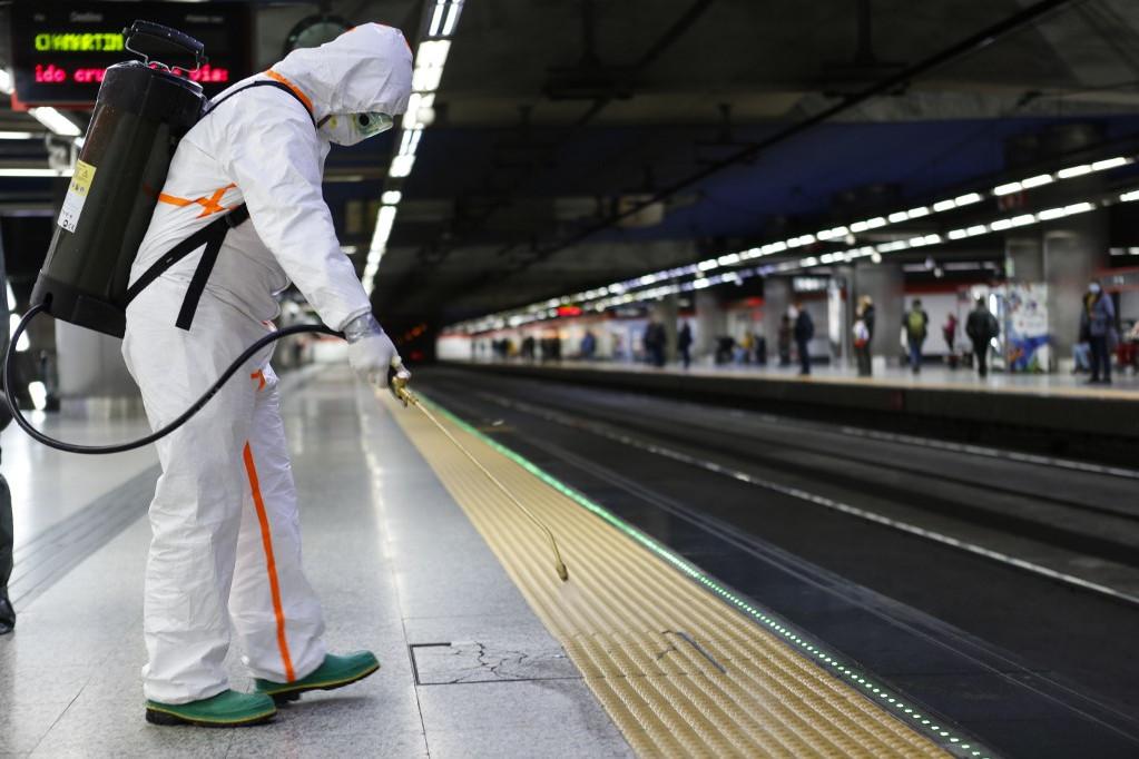 A legfertőzöttebbnek számító madridi régióban minden megtesznek a hatóságok, hogy gátat szabjanak a járványnak, például a fővárosi metró megállóit is fertőtlenítik
