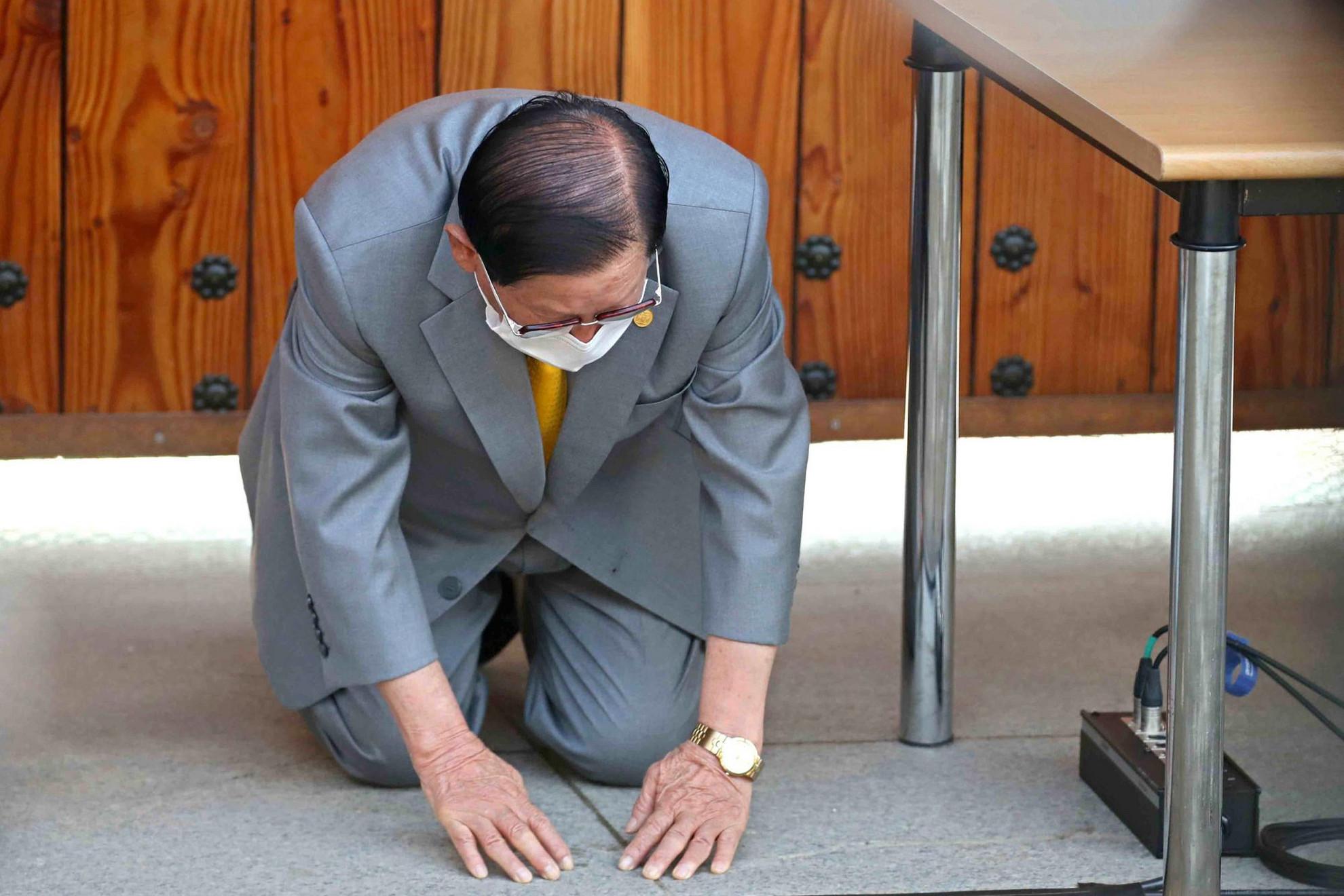 """Térden állva kért bocsánatot hétfőn Dél-Koreában a Sincshondzsi keresztény egyház vezetője és alapítója, amiért az irányítása alatt álló közösségtől indult ki a járvány az országban, amely miatt már több mint négyezren megfertőződtek. Az esetek hatvan százaléka köthető a szervezethez. """"Szeretnék őszinténbocsánatot kérni az emberektől egyházam nevében. Nem volt szándékos"""" – mondta Li Man Hi. A hatóságok emberölés gyanújával nyomoznak az egyház vezetői, köztük Li Man Hi ellen is. A vád szerint eltitkolták egyes híveik adatait a hatóságok elől, amikor azok próbálták felkutatni a fertőzötteket a járvány megfékezése érdekében. (VB)"""