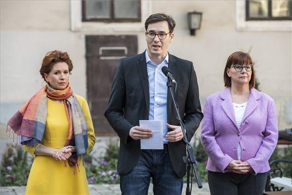 Karácsony Gergely főpolgármester beszél, mellette Tüttő Kata (b) és Gy. Németh Erzsébet főpolgármester-helyettesek a koronavírussal kapcsolatos fővárosi intézkedésekről tartott sajtótájékoztatón a Főpolgármesteri Hivatal udvarán