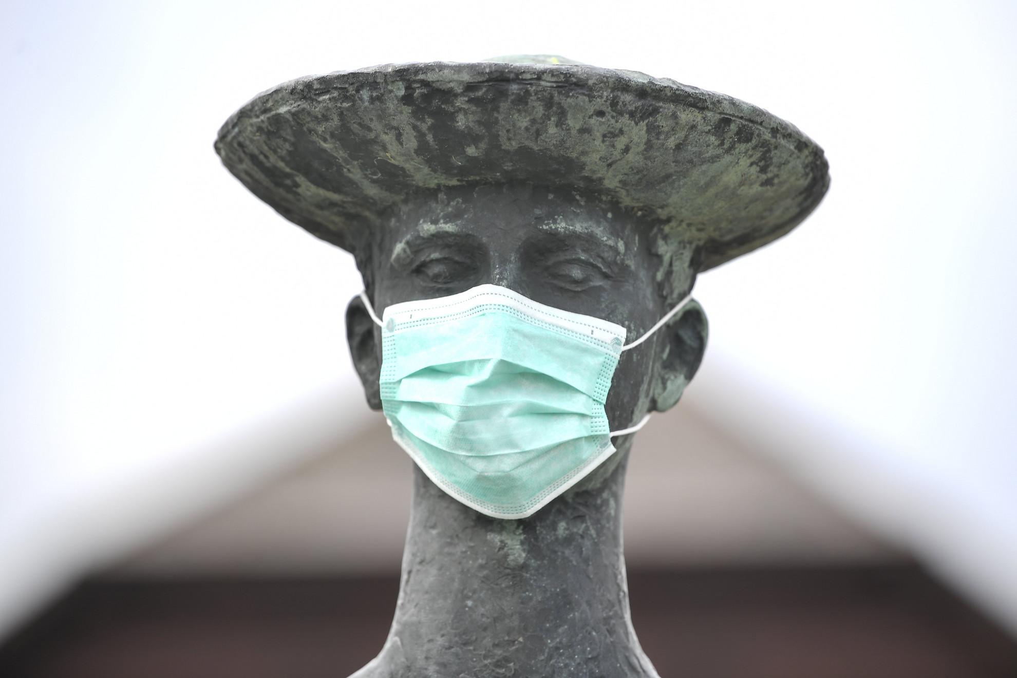 Egészségügyi maszk Somogyi Árpád a Pásztorfiú szobra című alkotásán a hortobágyi vásártéren 2020. március 25-án. A maszkot ismeretlenek helyezték el a szobron, vélhetően a koronavírus-járvány megfékezésének fontosságára utaló szándékkal