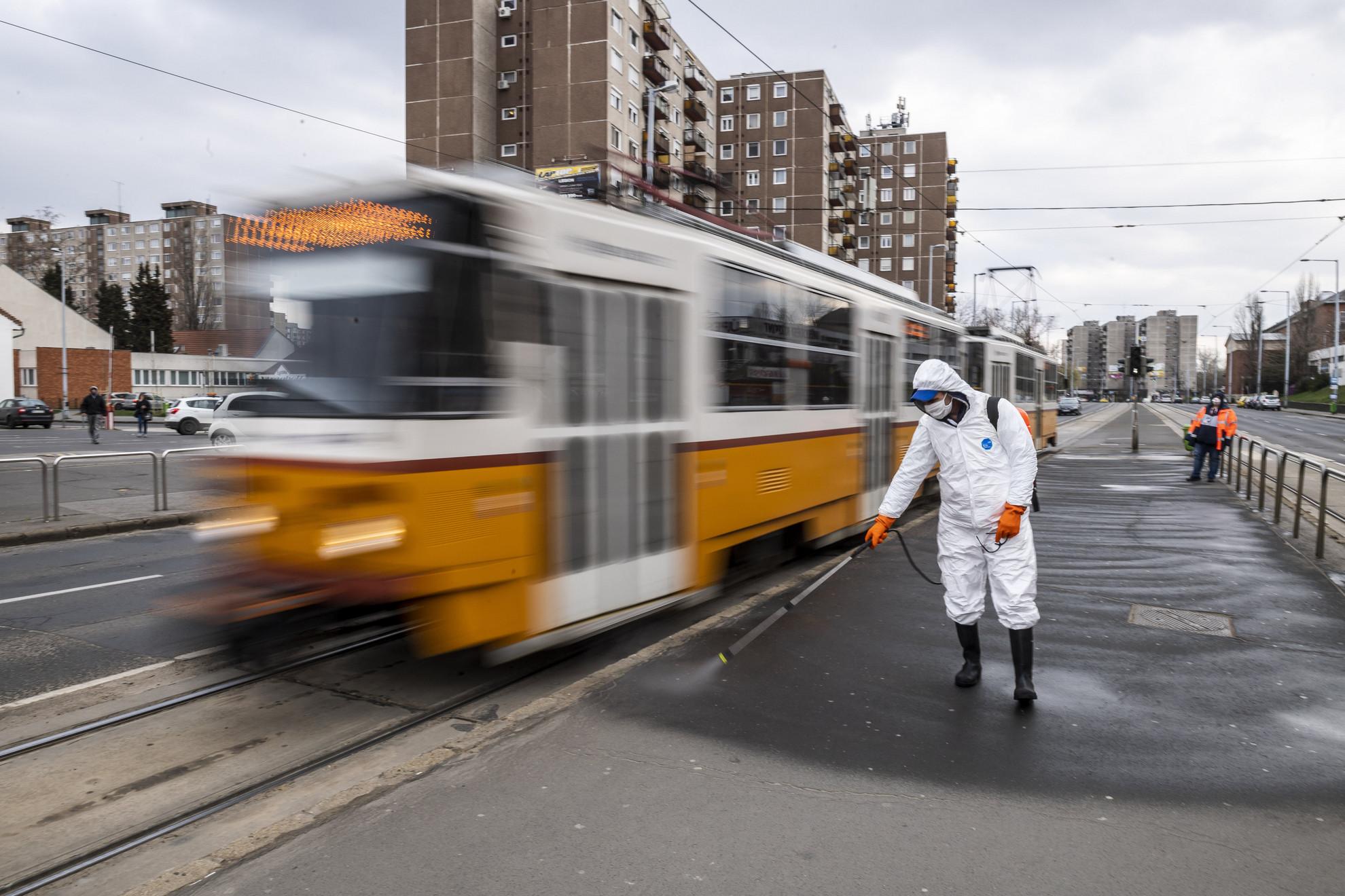 Villamosmegálló peronját fertőtleníti a Fővárosi Közterület-fenntartó (FKF) Zrt. munkatársa a koronavírus-járvány miatt Újpest-Központnál 2020. március 25-én