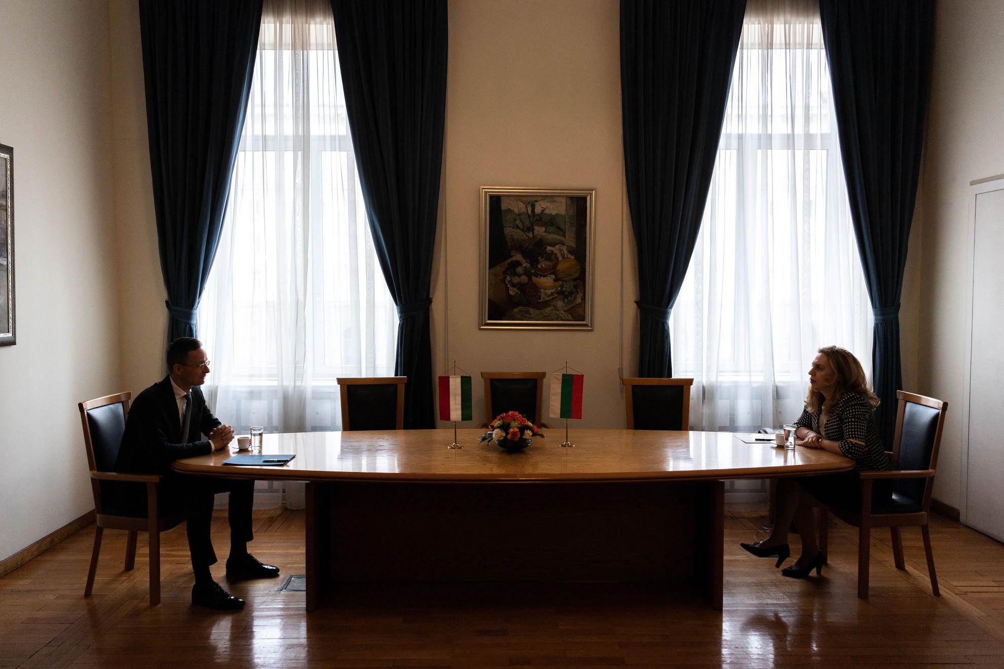 A Külgazdasági és Külügyminisztérium (KKM) által közreadott képen Szijjártó Péter külgazdasági és külügyminiszter és Marijana Nikolova miniszterelnök-helyettes találkozója Szófiában 2020. március 26-án