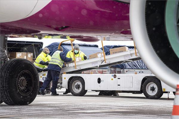Kipakolják a Wizz Air Sanghajból érkezett repülőgépének szállítmányát a Liszt Ferenc-repülőtéren 2020. március 23-án