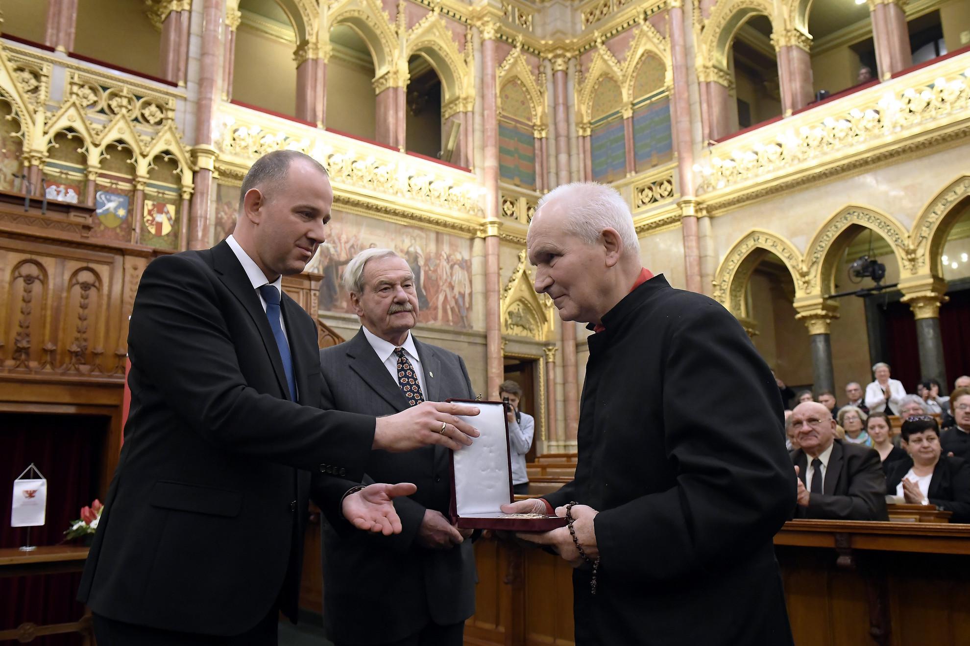 Frantisek Lízna csehországi jezsuita szerzetes (j) átveszi az Esterházy-díjat Csáky Csongortól, a Rákóczi Szövetség elnökétől (b) és Martényi Árpádtól, az Esterházy Emlékbizottság elnökétől a mártír sorsú felvidéki politikus emlékére rendezett emlékünnepségen a Parlamentben 2020. március 8-án