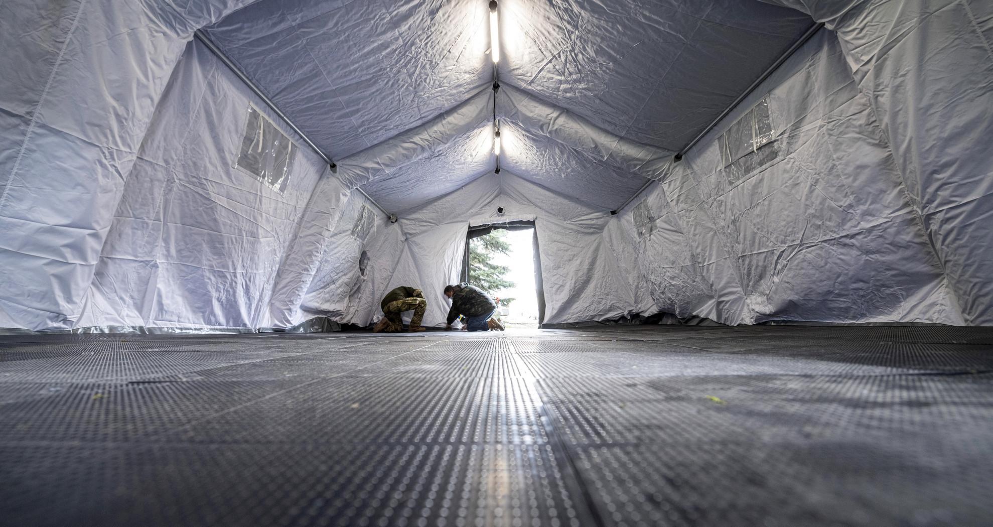 A Magyar Honvédség szakemberei a kórházba érkező gyerekek egészségügyi előszűréséhez katonai sátrat állítanak fel a koronavírus-járvány miatt a Heim Pál Országos Gyermekgyógyászati Intézet bejáratnál