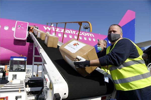 A Kínából érkezett egészségügyi segélyszállítmányt rakodják ki egy repülőgépből a Liszt Ferenc-repülőtéren