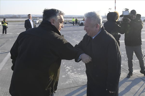 Orbán Viktor miniszterelnök (b) és Tuan Csie-lung kínai nagykövet a reptéren