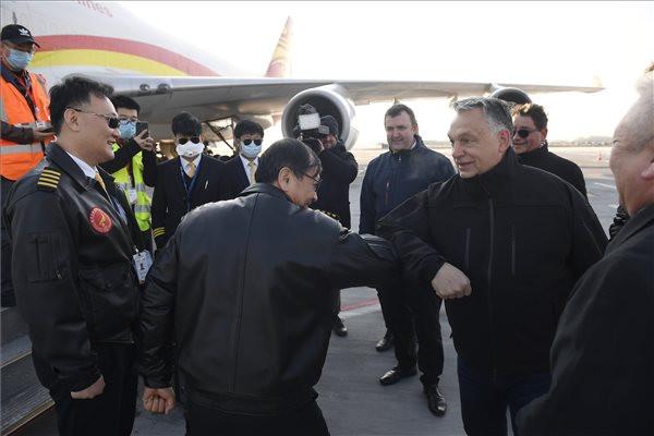 Orbán Viktor üdvözli a Suparna Airlines Kínából érkezett repülőgépének személyzetét