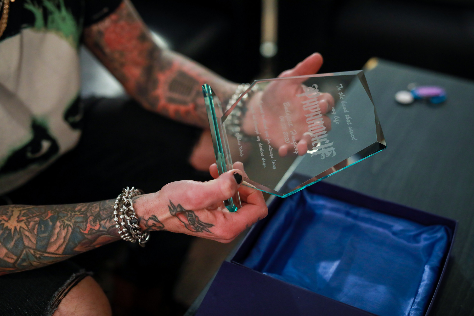 Egy magyar rajongó különleges ajándékkal köszönte meg a Papa Roachnak, hogy megmentették az életét
