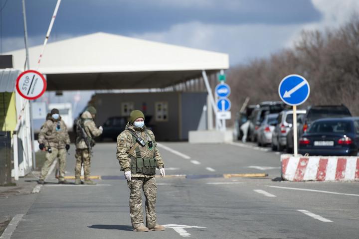 Ukrajna a saját állampolgárai előtt is lezárja határait