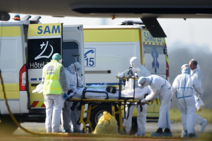 Franciaországban ezer fölé emelkedett a járvány halálos áldozatainak száma