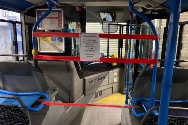 Lezárják a budapesti buszok elejét a járművezetők védelmében