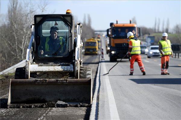 Csaknem hatszázmilliárd forintból bővül és korszerűsödik az úthálózat