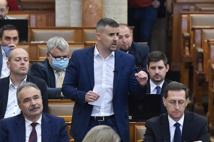 Az ellenzék megint hamisan vádolja a kormányt, hogy nem segít a munkanélkülivé vált embereken