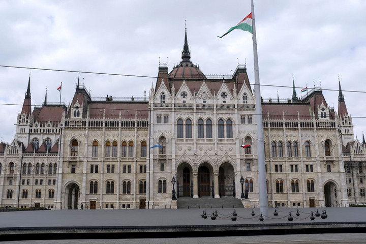 Hétfőn elfogadhatja a koronavírus-törvényt a parlament
