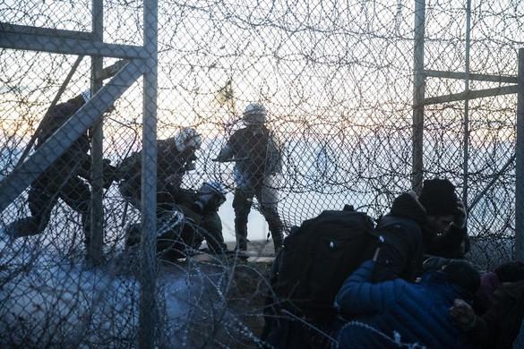 Több mint hatvan határsértő migránst ítéletek börtönre Görögországban