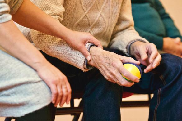 Önkéntesek segítik az időseket országszerte