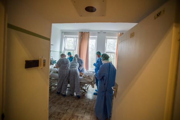 Tizenketten meghaltak, 950-nel nőtt a fertőzöttek száma Magyarországon