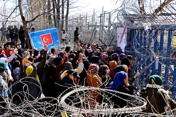 Könnygázt is be kellett vetni a migránsok ellen, akik a görög–török határkerítést ostromolták