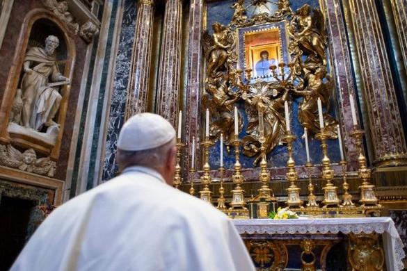 Ferenc pápa a csodatévő kereszt előtt imádkozott a koronavírus áldozataiért