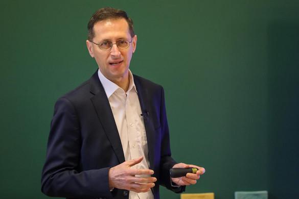 Varga Mihály: A pénzügyi ismereteket a tanterv részévé kellene tenni
