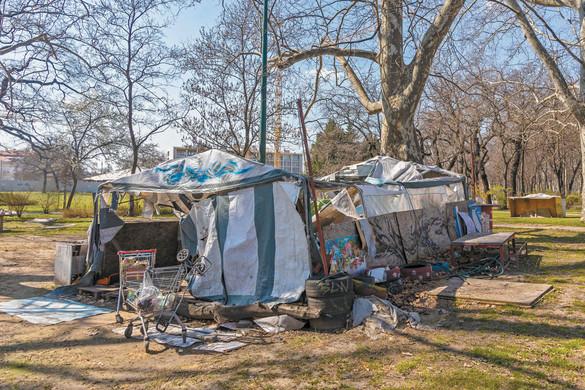 A Városligetben hajléktalanok tucatjai táborozhatnak minősíthetetlen higiénés viszonyok között