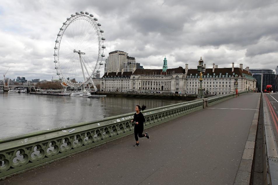 Futó a londoni Westminster-hídon