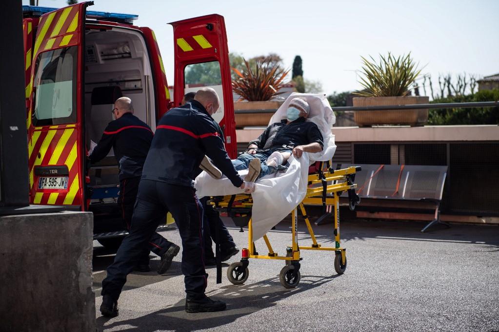 Tűzoltók segítenek egy beteg szállításában Franciaországban