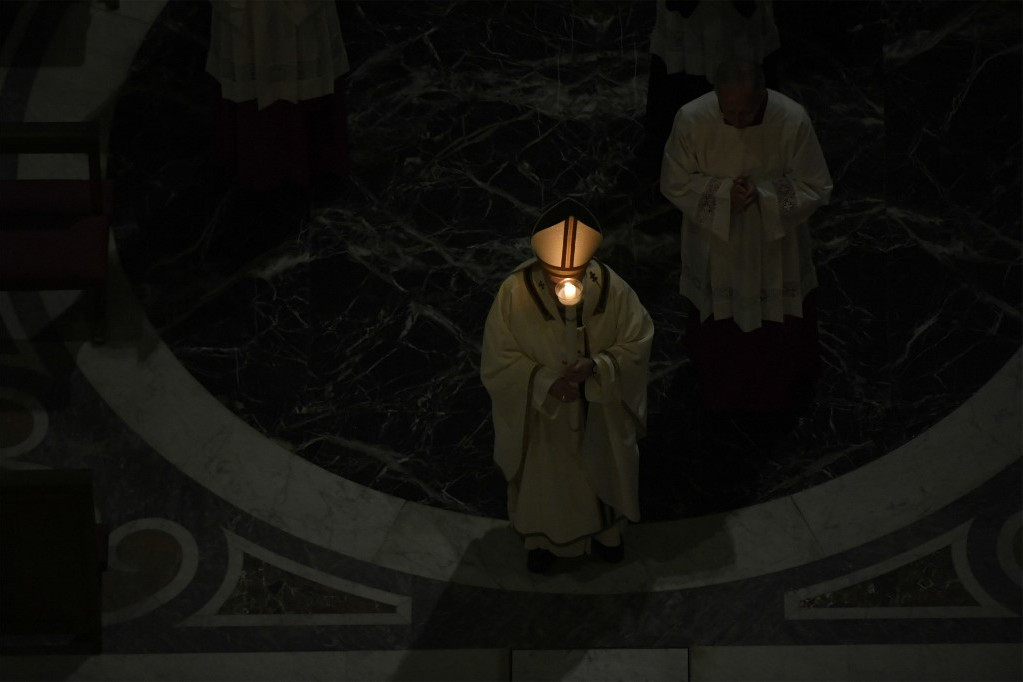 A szertartás sötétben kezdődött