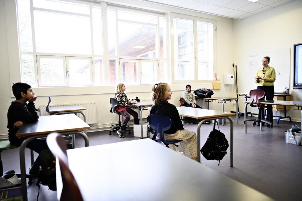 Mette Frederiksen kormányfő diákokkal beszélget egy újranyitott koppenhágai iskolában