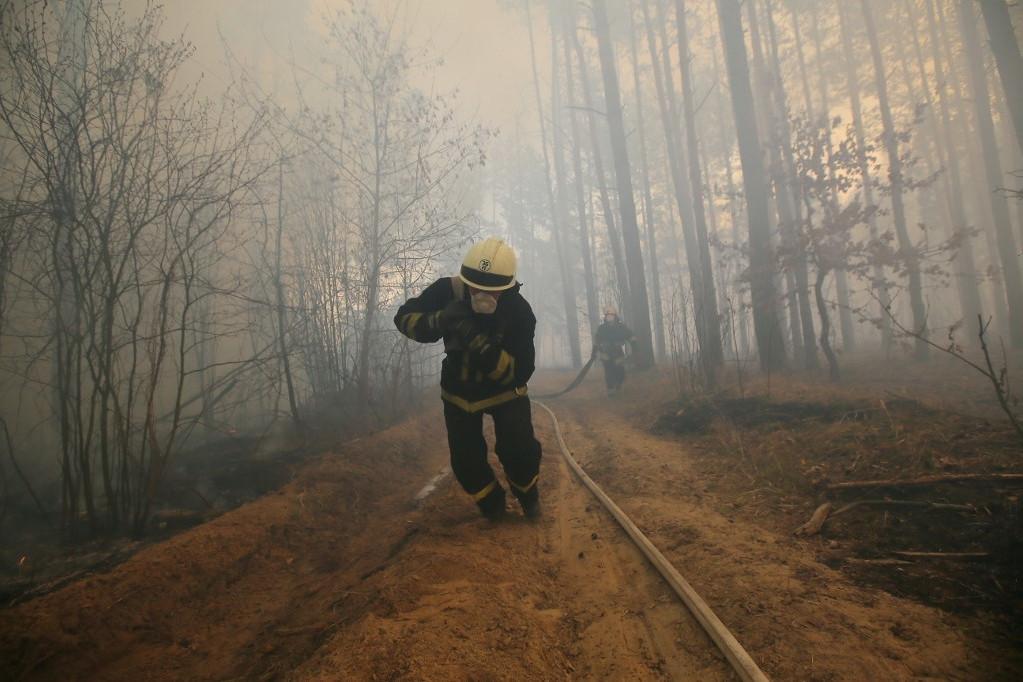 Tízedik napja küzdenek a tűzoltók a folyton újra kiújuló erdőtüzekkel a csernobili tiltott övezetben