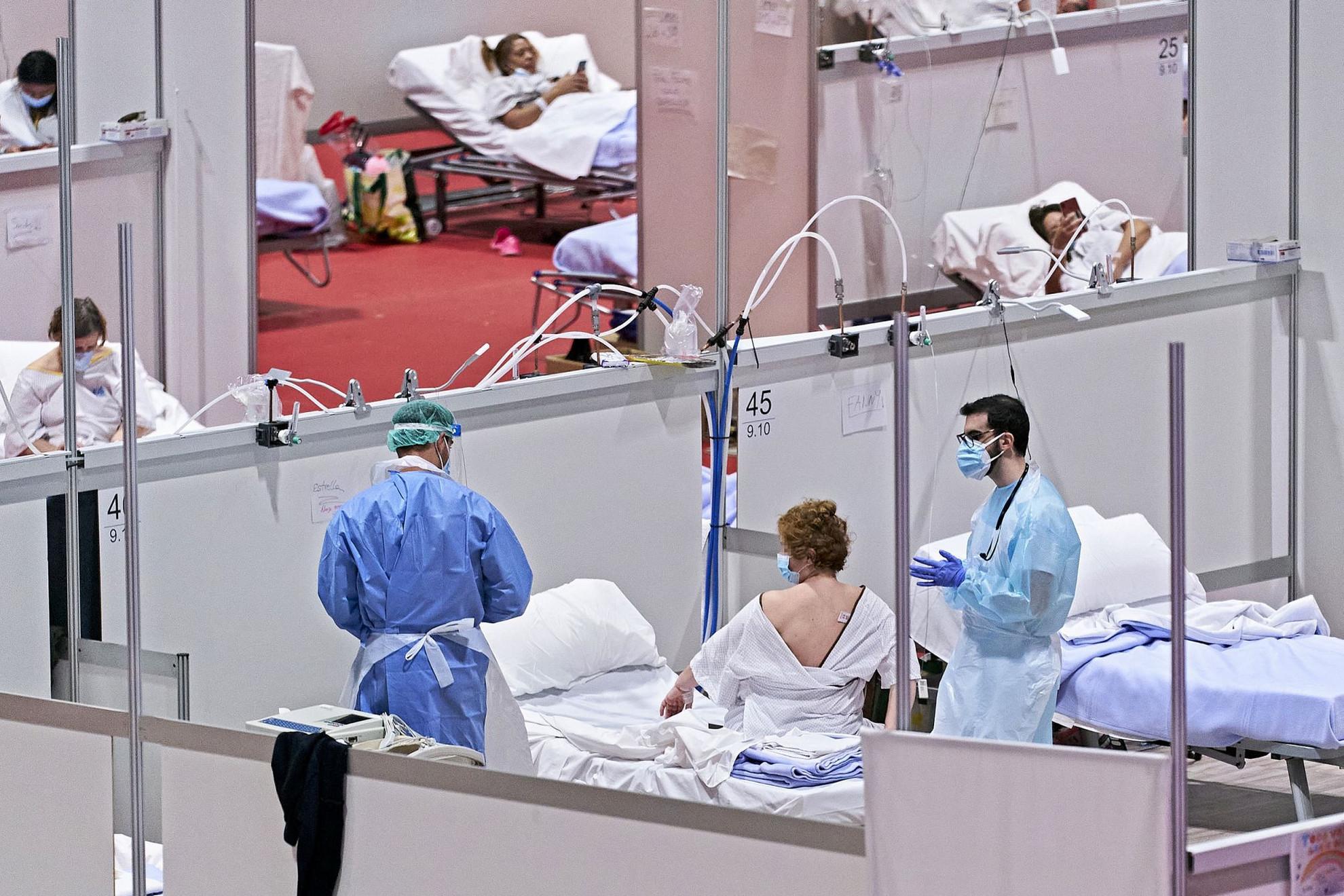 Járványkórház Spanyolországban – még mindig óriási a terhelés az egészségügyön