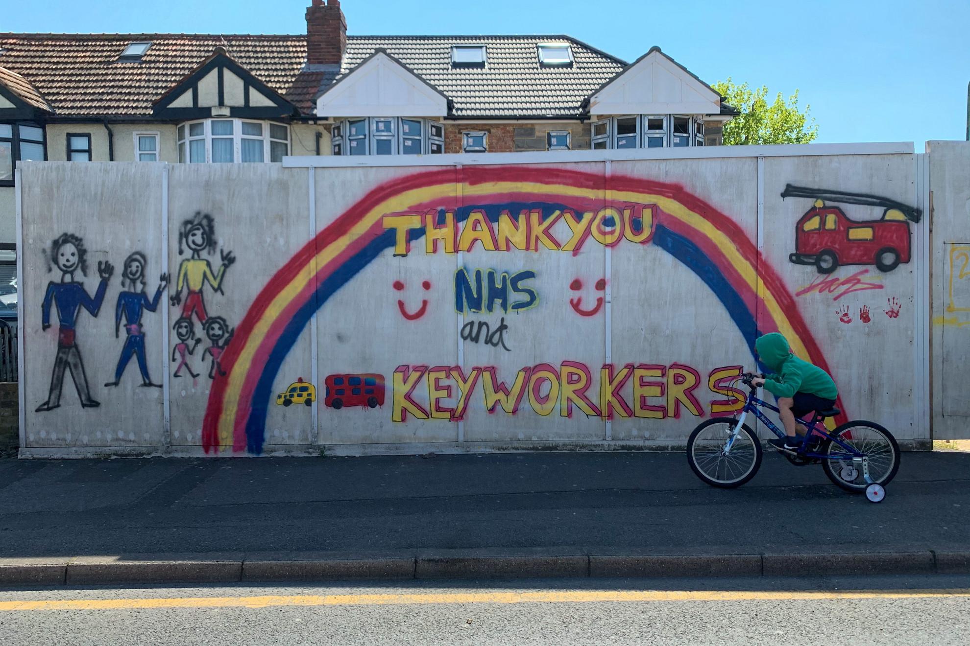 Köszönetnyilvánítás az egészségügyben dolgozók felé Londonban