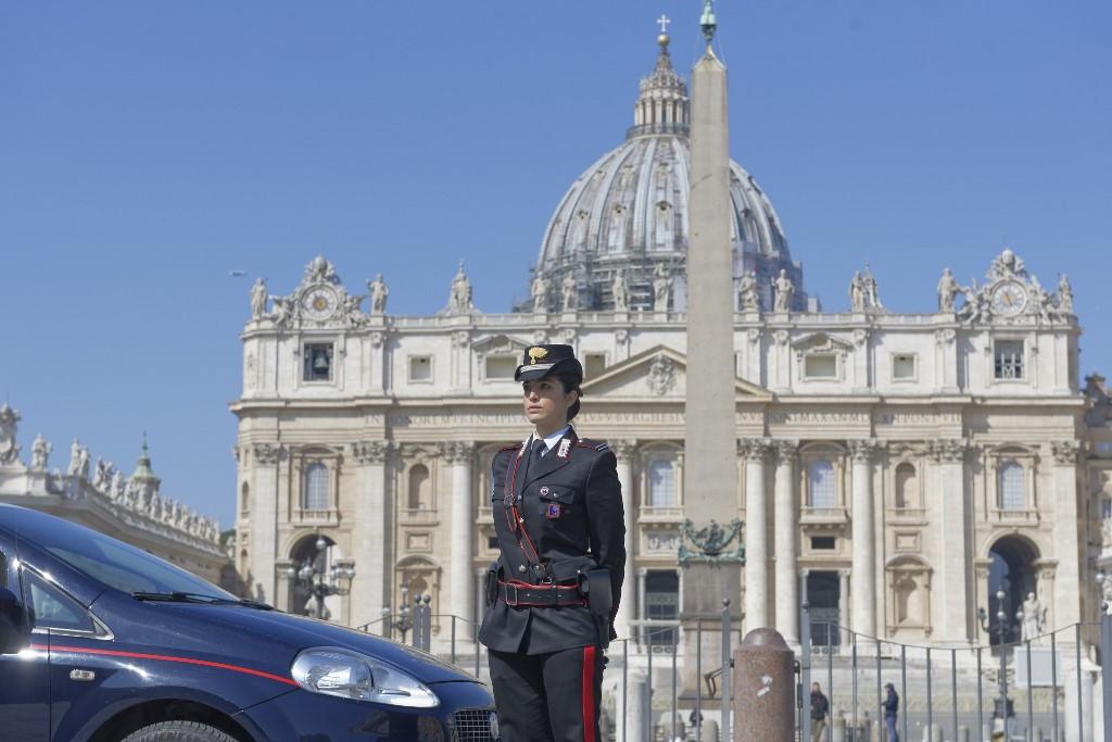 Csendőrnő szolgálatot teljesít az üres Szent Péter téren