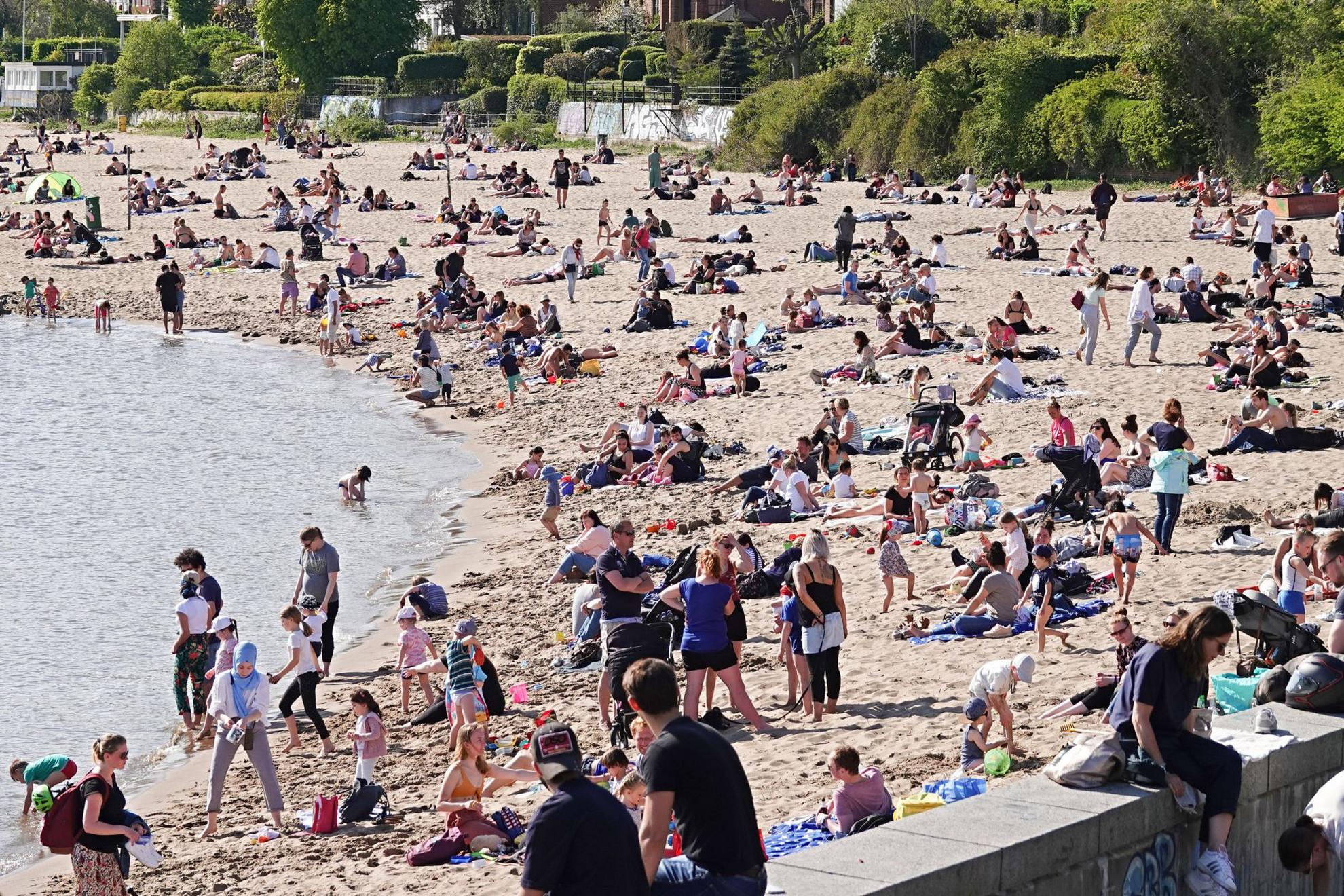 A bevezetett korlátozások ellenére tömegek látogattak el a jó időben az Elba partjára Hamburgban. Németországban hétfőn újranyithattak a kisebb boltok, egyes iskolákban pedig újra vizsgázhatnak a tanulók. A Robert Koch járványügyi intézet elnökhelyettese, Lars Schaade szerint a koronavírus-járványt lassító korlátozások további lazításához a jelenlegi kétezer feletti szintről néhány százra kell csökkenteni az igazolt új fertőzések napi számát, csak így képesek ellenőrzés alatt tartani a járványt. A vírust eddig 154111 ember szervezetében mutatták ki az országban, 106800-an gyógyultak meg, és 5632 ember halt meg a betegségben. (HSz)